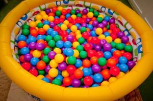 Günstiges, stabiles DIY-Bällebad fürs Kinderzimmer
