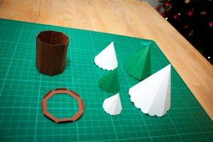 Dekorative Tannenbaum-Schachtel zu Weihnachten