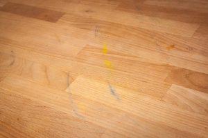 Projekt: Ikea Tisch Norden abschleifen - Einige der unschönen Farbreste auf dem Tisch