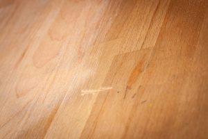 Projekt: Ikea Tisch Norden abschleifen - Einer der tiefen Kratzer auf dem Tisch