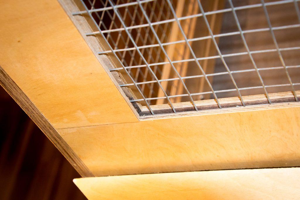 DIY - Kaninchenstall - Volierendraht wird in die Nuten der Türleisten eingesteckt.